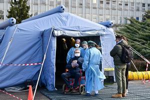 Un hombre recibe asistencia pre-triaje delante del hospital de Cremona, en el norte de Italia.