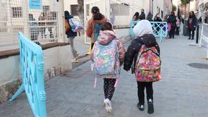 Alumnos del CEIP Sant Pau de Figueres entran en clase.