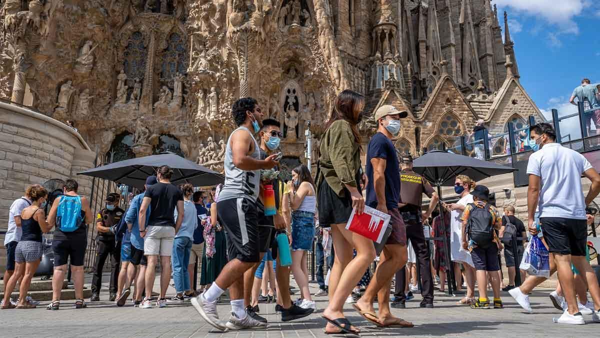 Turistas frente a la Sagrada Família, en Barcelona.