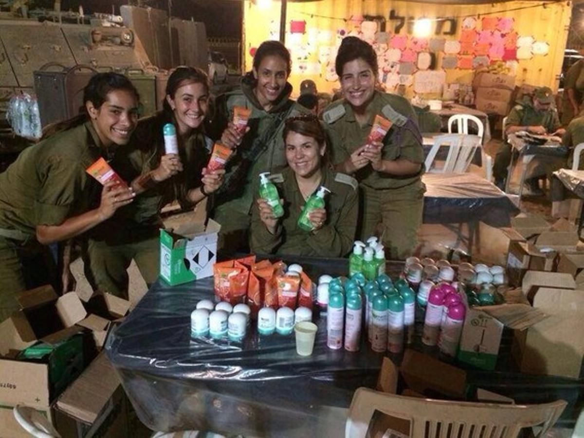 Fotografía de las mujeres soldado de Israel con los productos de Garnier.