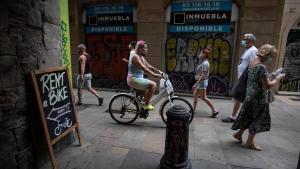 Ciudadanos paseando por el centro de Barcelona.