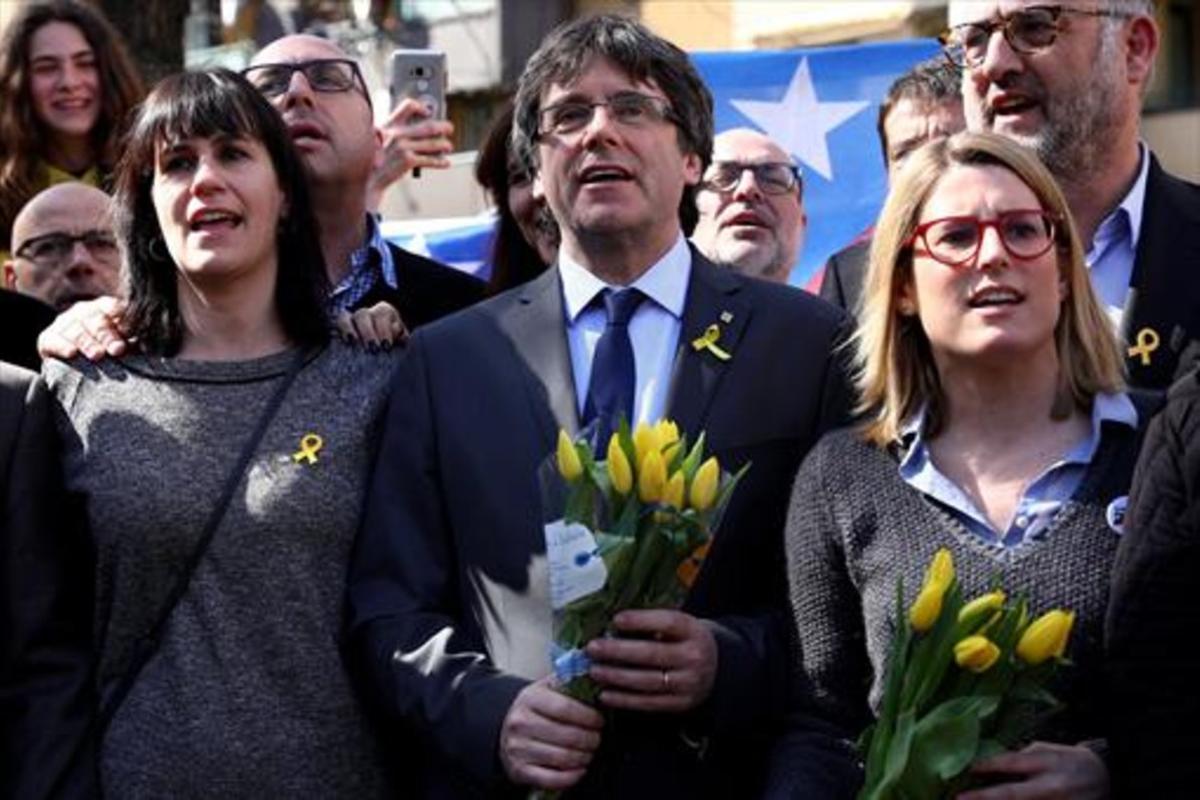 Puigdemont, con la portavoz de JxCat, Elsa Artadi,tras una rueda de prensa en Berlín.