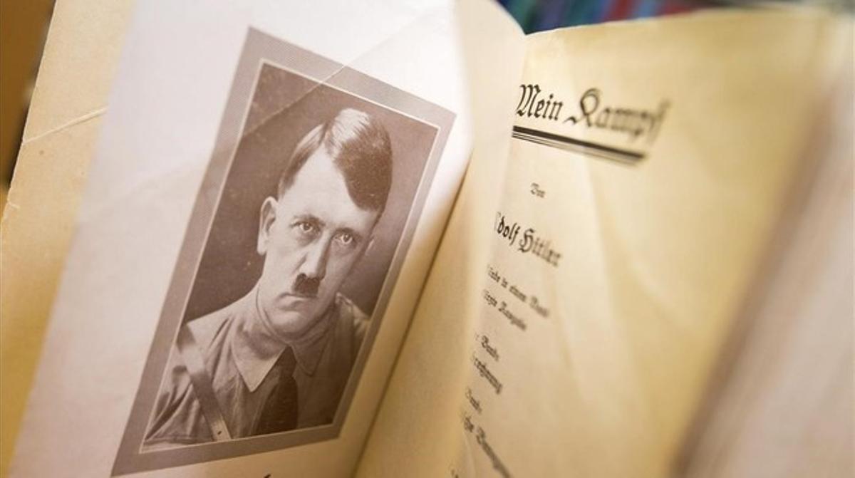 Interior de una edición original de 'Mein Kampf', de Hitler.