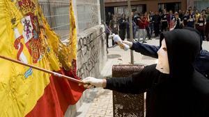 Esta ma ana se ha quemado una bandera espa ola en la Facultat d historia de la Ub en se al de protesta por el encarcelamiento de Franqui  8 de mayo de 2008  barcelona  Arnau Bach