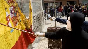Quema de una bandera durante una protesta universitaria en Catalunya
