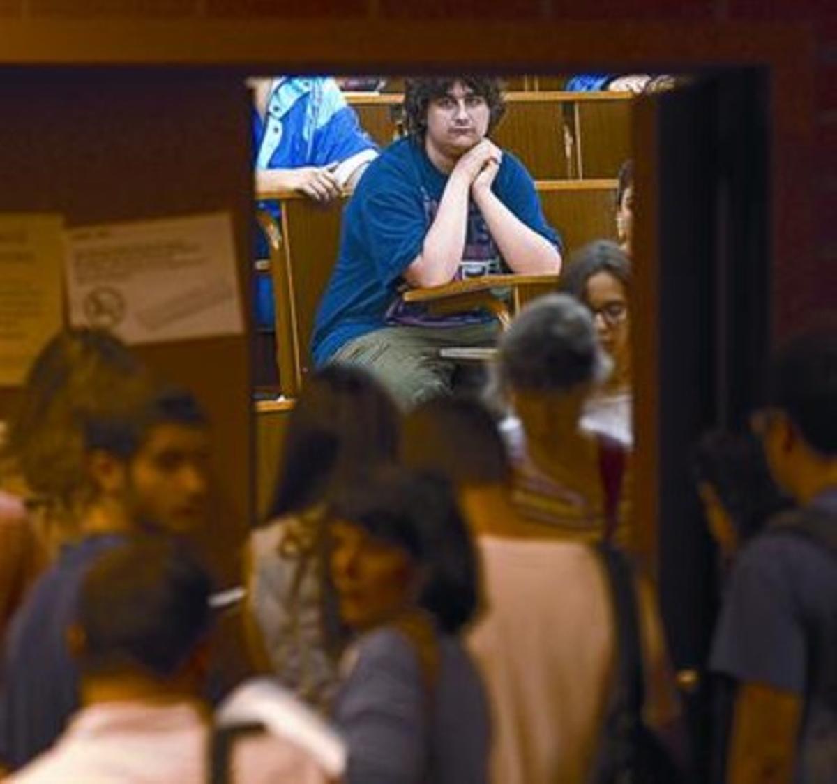 Estudiantes a la entrada de un examen de selectividad, el 11 de junio.