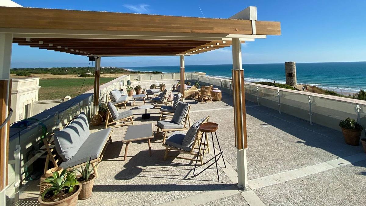 Terraza de El Cuartel del Mar (Chiclana), elegido el mejor Solete Repsol de 2021 por los usuarios de la guía de la petrolera.