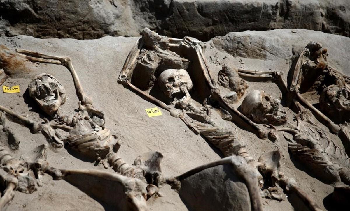 Algunos de los esqueletos maniatados del siglo VII hallados en un cementerio del sur de Atenas.