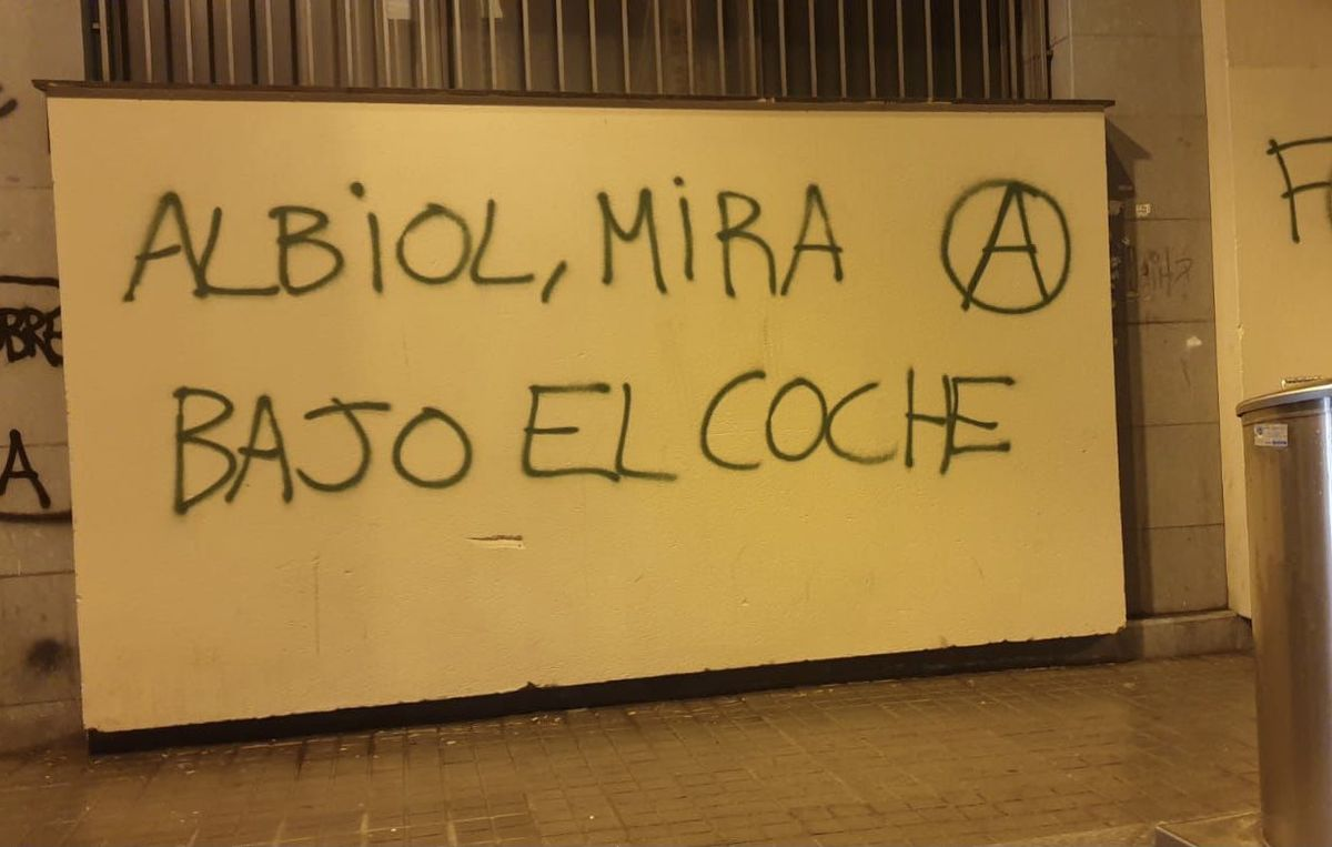 «Albiol, mira sota el cotxe»: la pintada al carrer denunciada per l'alcalde de Badalona