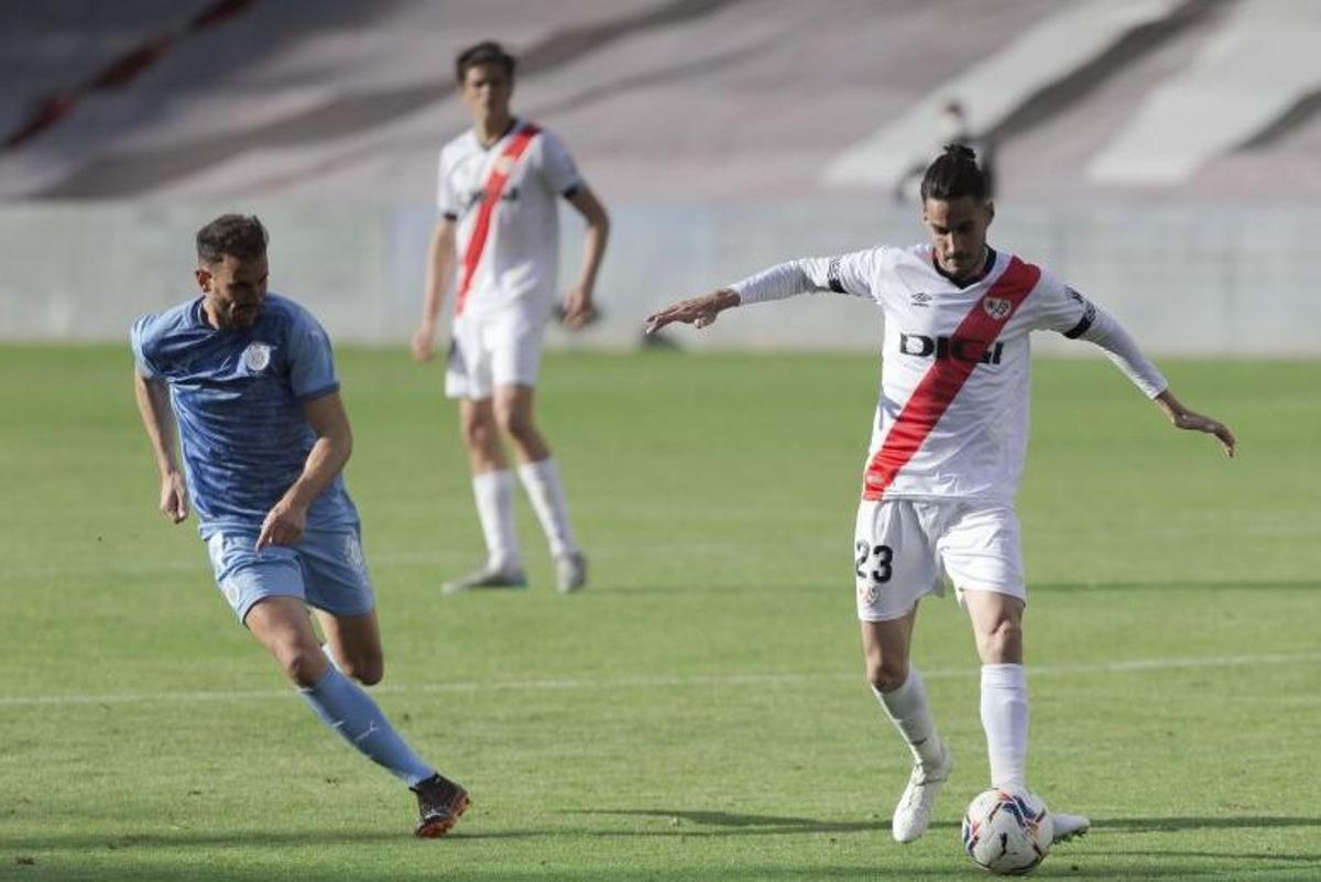 Stuani presiona a Óscar Luengo.