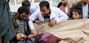 Llegada al hospital de Saada (Yemen) del cadáver de un hombre caído durante un ataque aéreo en la población.