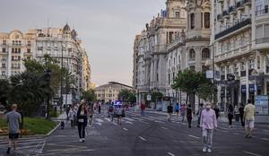 La Plaza del Ayuntamiento de València tomada ya por los peatontes en su primera semana sin coches