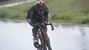 Jhonatan Narváez, en lucha contra los elementos, para ganar la etapa del Giro de Cesenatico.