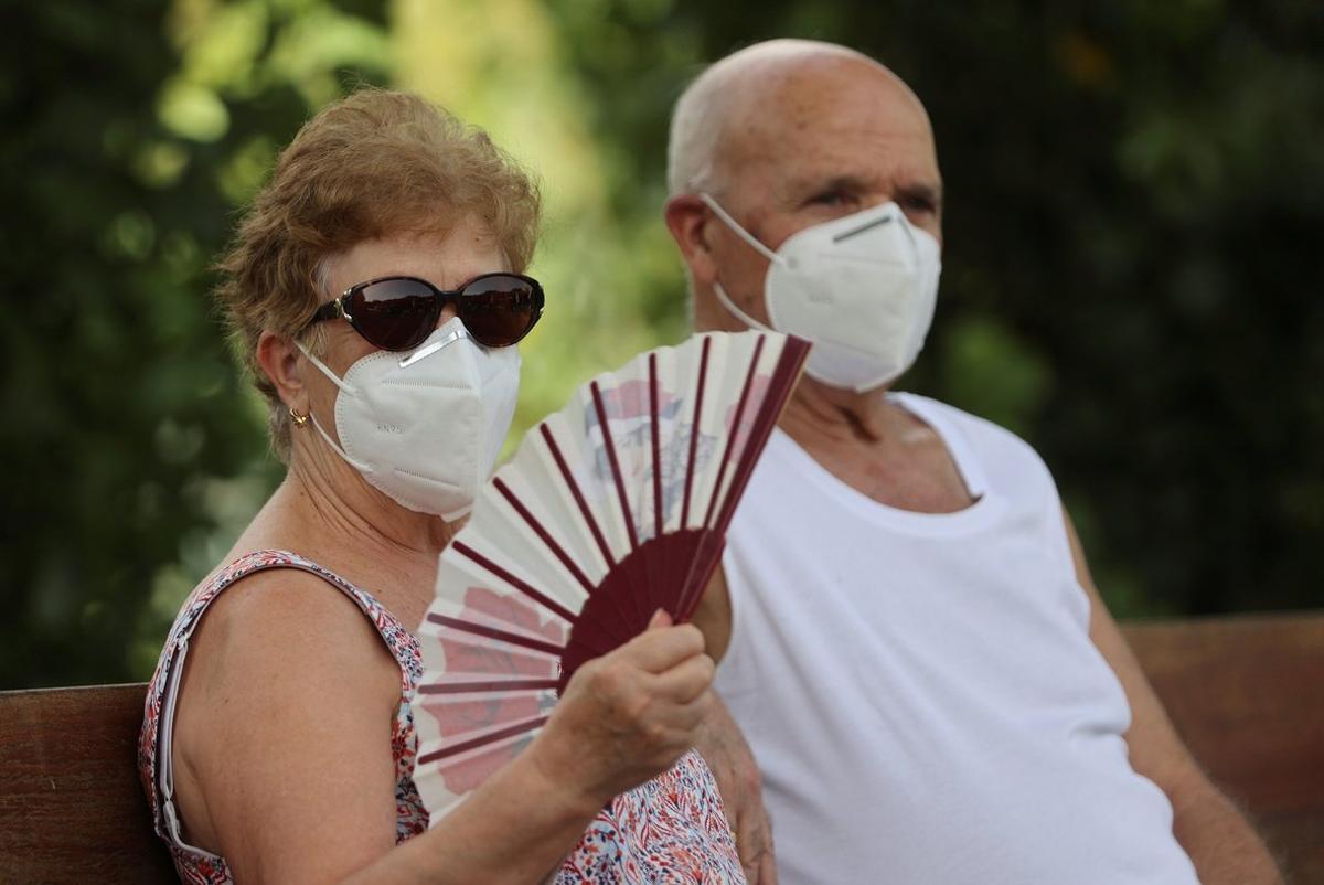 Dos personas, en Madrid, en un día con ola de calor.
