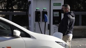 Recarga de un coche eléctrico en Barcelona.