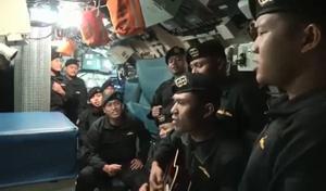 Un vídeo de los marineros del submarino hundido cantando 'Adiós' emociona a Indonesia.