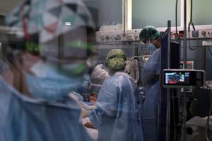 Personal sanitario atiende a un paciente de covid en una uci del Hospital del Mar.