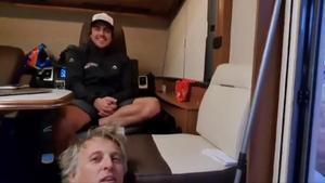Jesús Calleja visita, cada día, a su amigo Fernando Alonso en su caravana del Dakar.