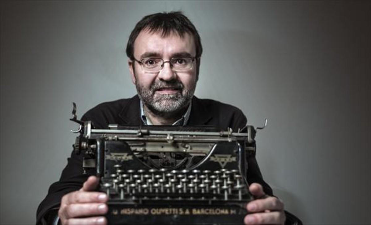 El periodista y escritor Ismael Nafría con una Olivetti.