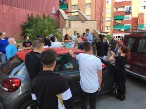 El alcalde de badalona, Xavier García Albiol, con los vecinos del lugar en el que se ha producido la agresión