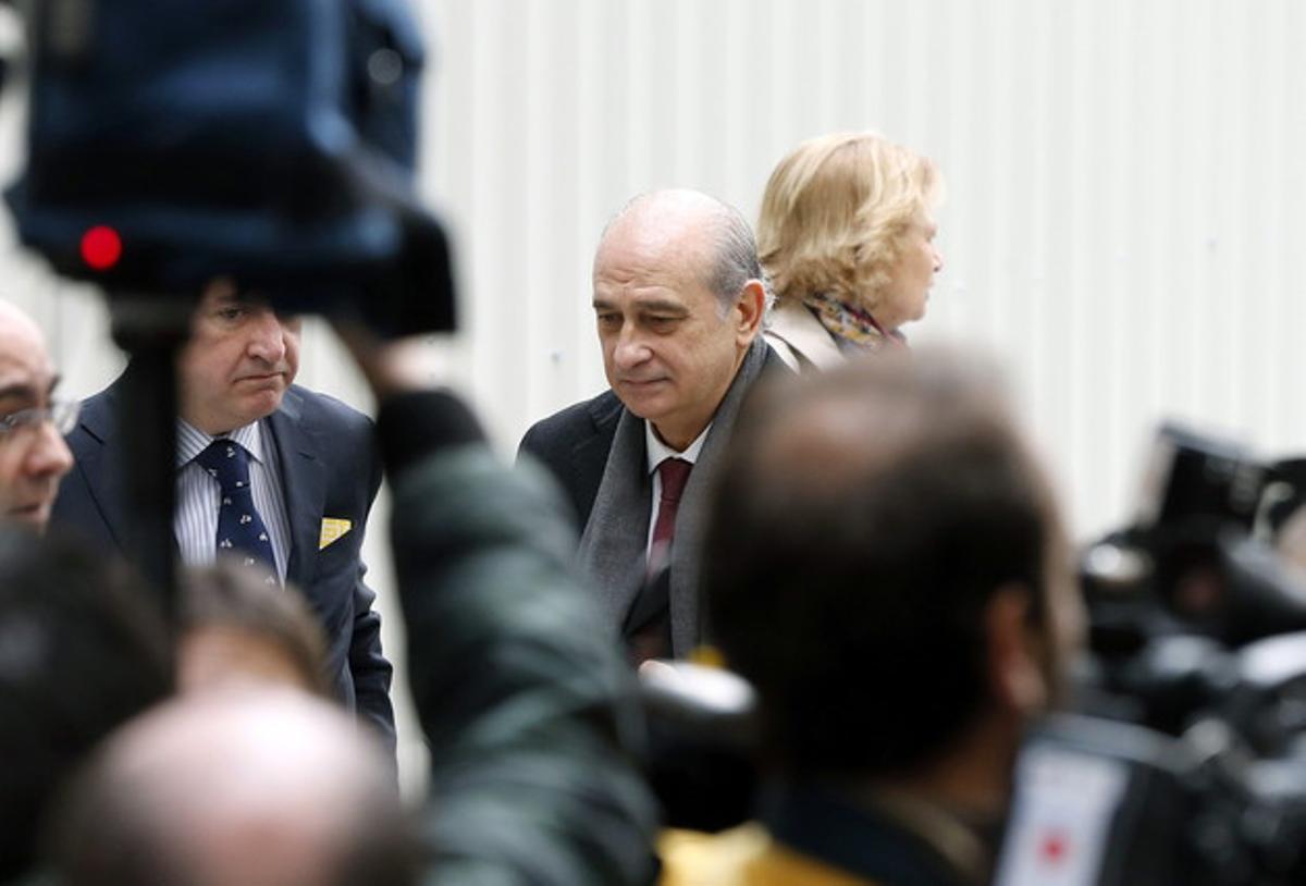El ministro del Interior, Jorge Fernández, llega al Congreso para el debate del estado de la nación.
