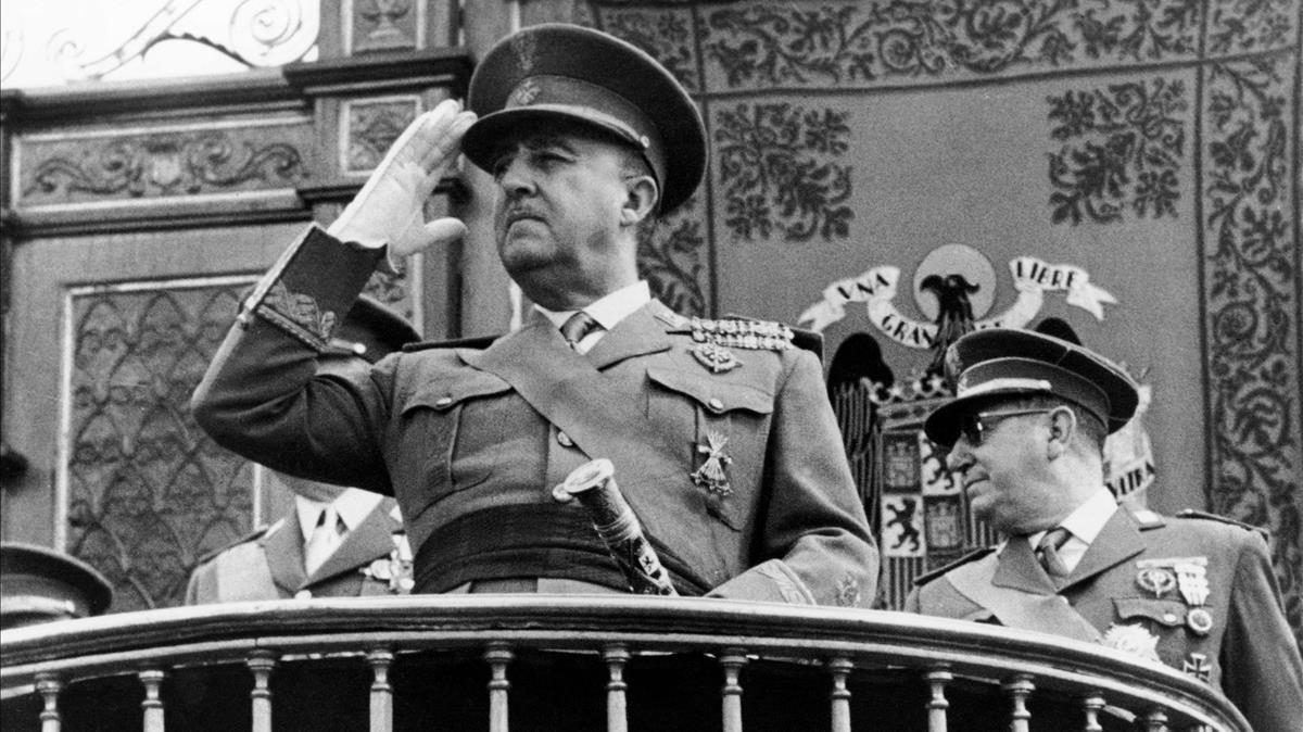 Francisco Franco preside un desfile en Madrid.