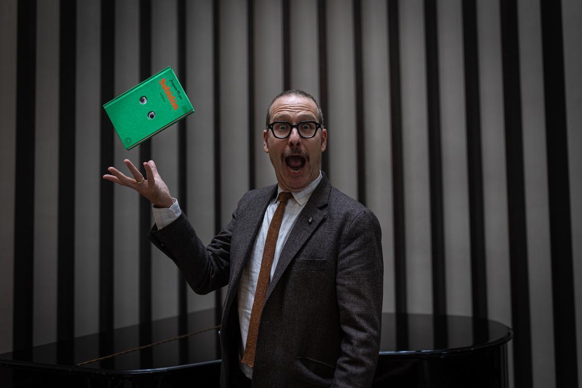 Joaquín Reyes, observado por un ejemplar de 'Subidón'.