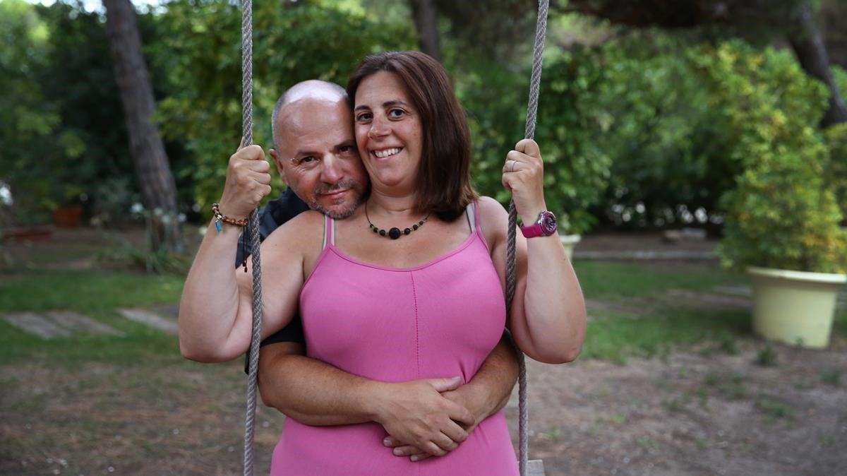 Esther Juberias y Juanfra Lopez, que secasaran ante notario en septiembre, posan en el restaurante Les Marines de Gavàdonde la festejarán.
