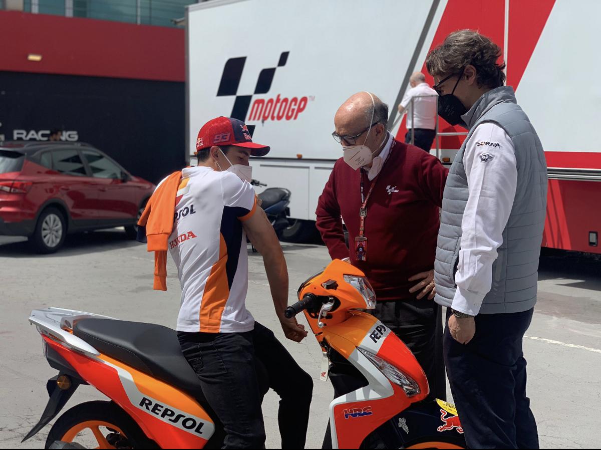 Marc Márquez le ha mostrado, hoy, su brazo derecho a Carmelo Ezpeleta e Ignasi Sagnier, de Dorna, en Portimao (Portugal).