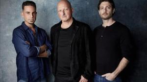 Wade Robson, Dan Reed (el director del documental) yJames Safechuck posan para una imagen promocional del documental.