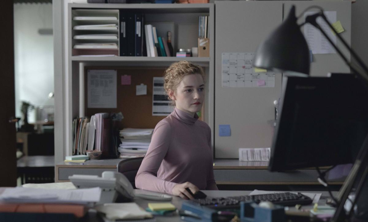 Julia Garner en una imagen de 'The assistant'.