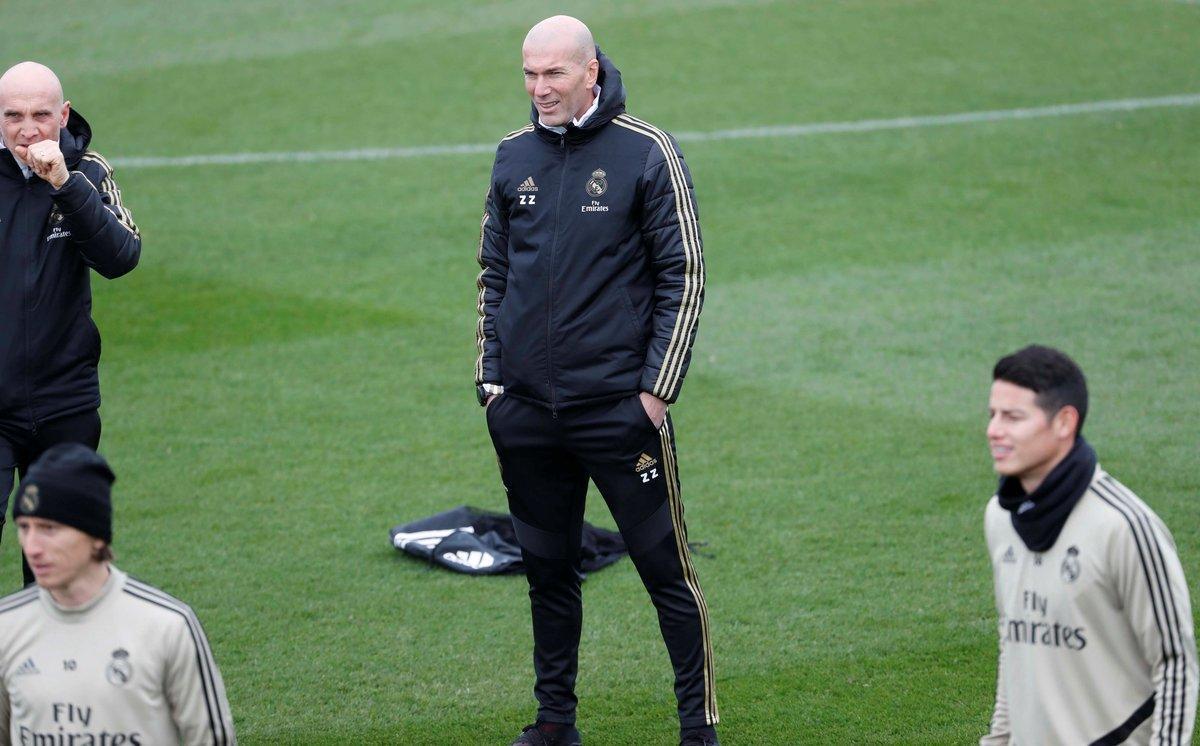 El técnico del Madrid, Zinedine Zidane, en el entrenamiento de este sábado del equipo.