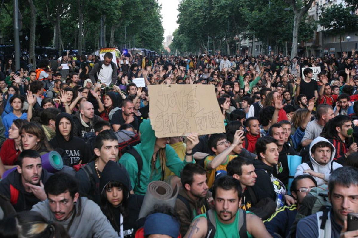 Sentada de indignados en la avenida del Marquès de l'Argentera.