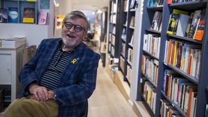 El poeta Narcís Comadira, en la librería La Impossible.