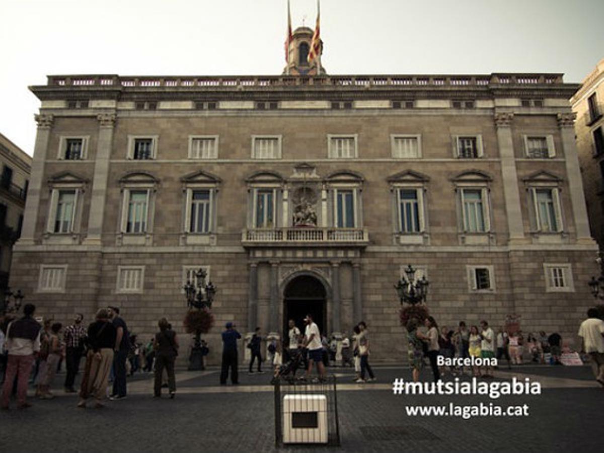 Una urna enjaulada, delante del Palau de la Generalitat.