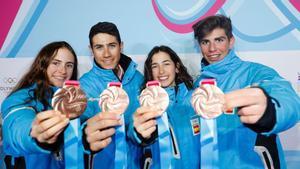 Maria Costa, Marc Radua, Ares Torra y Ot Ferrer posan con la medalla de bronce en los Juegos de la Juventud de Lausana.