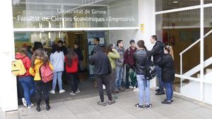 Estudiantes de la Universitat de Girona (UdG) debaten las acciones de protesta por la sentencia del 'procés', el pasado 22 de octubre.