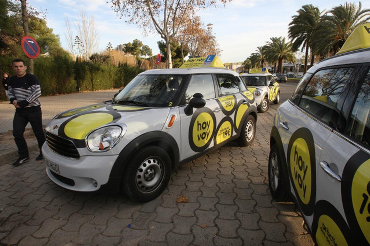 Varios coches de prácticas de la autoescuela de bajo coste Hoy-voy, estacionados en su punto habitual de salida en la Zona Universitària.