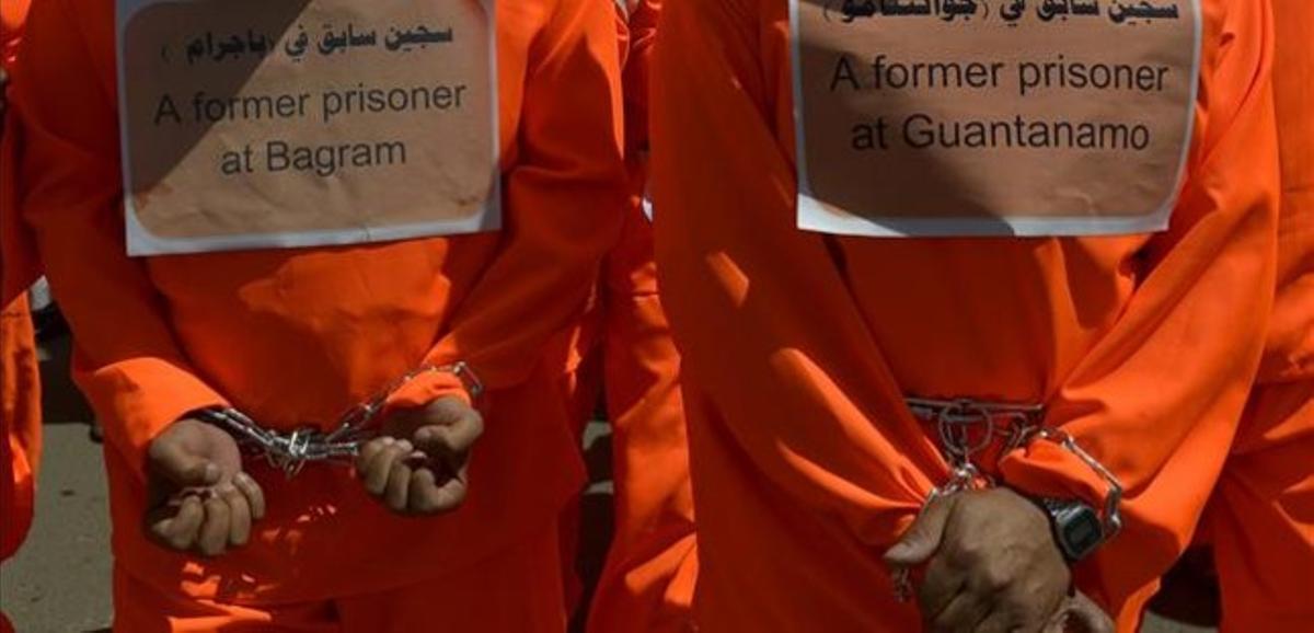Manifestación de antiguos presos de Guantánamo ante la embajada de EEUU en Saná.