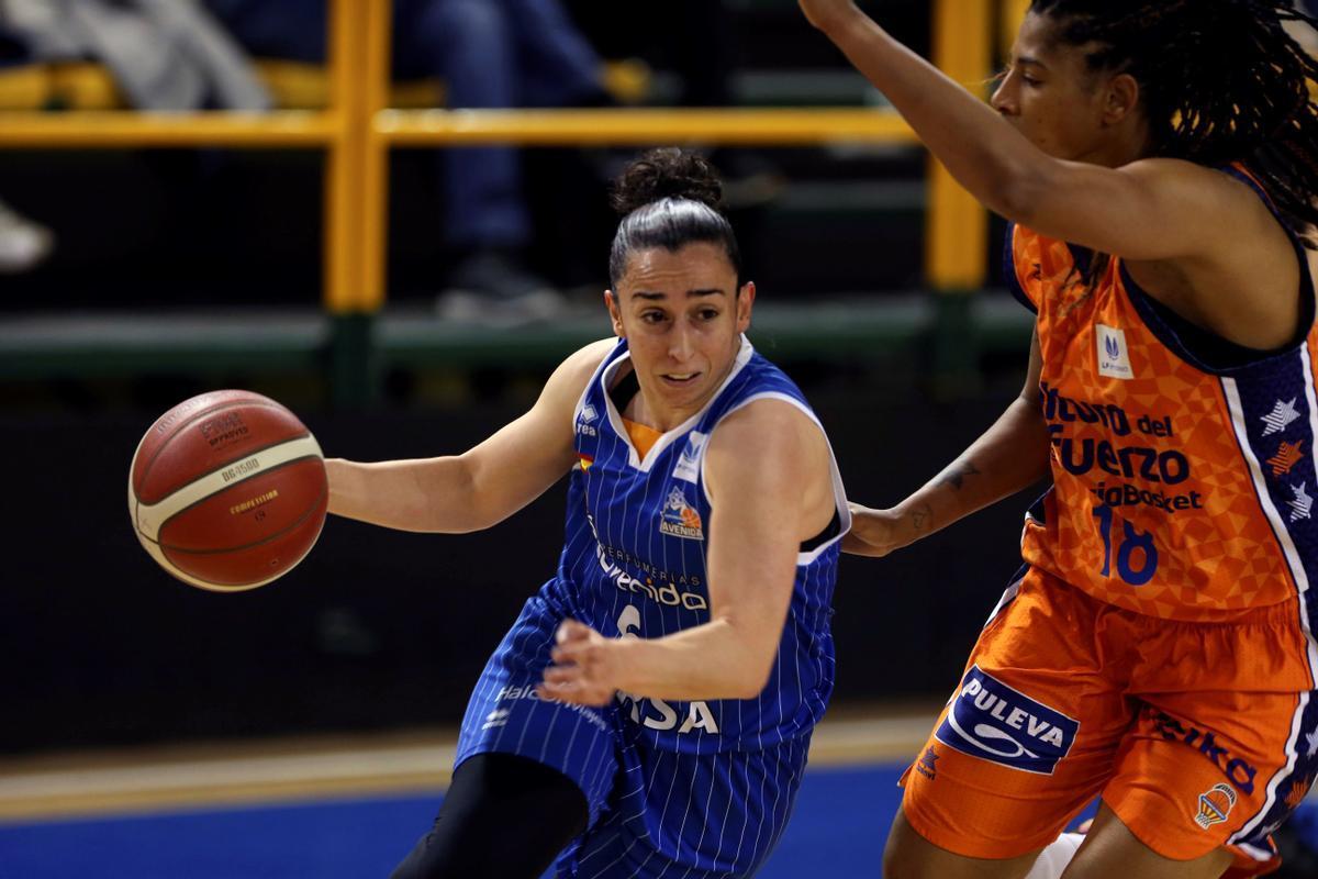 Silvia Domínguez, base del Avenida, intenta superar la defensa de Trahan-Davis