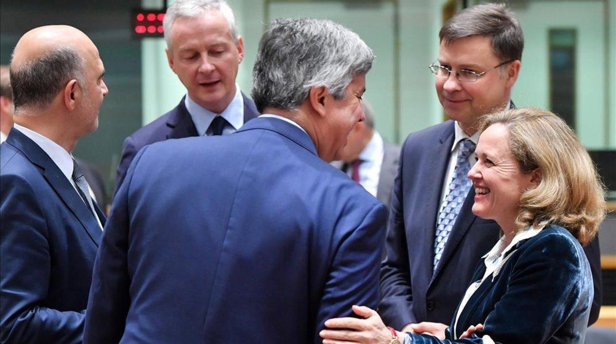 La ministra de Economía, Nadia Calviño, con varios de sus homólogos en el Eurogrupo y el comisario de Economía, Pierre Moscovici (a la izquierda).