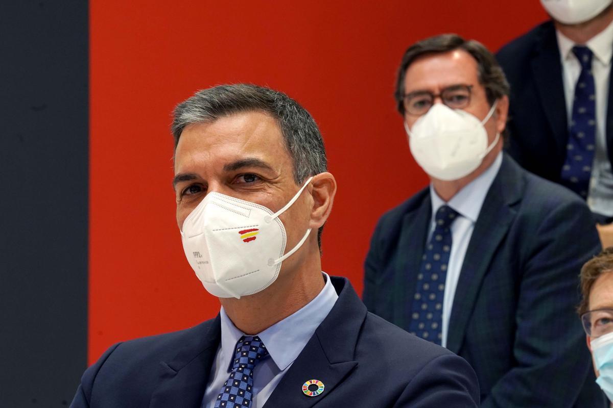 El presidente del Gobierno, Pedro Sánchez, en un acto empresarial con el presidente de la CEOE, Antonio Garamendi, detrás.