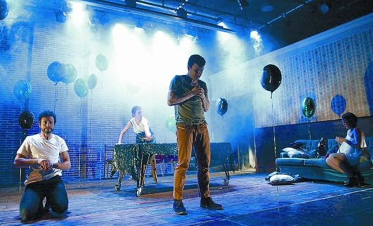 Cuatro de los seis actores de 'Somni' durante un un ensayo de la obra en La Seca Espai Brossa.