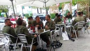 Legionarios tomando unas cervezas junto a sus armas en una terraza deVilafranca del Penedès.