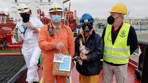 Entrega de lotes de Navidad a tripulantes de un barco por parte de la entidad Stella Maris, en Barcelona