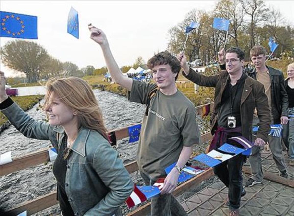 Jóvenes checos y de otros países celebran la ampliación europea del 2004 cerca de la frontera entre la República Checa, Alemania y Polonia.