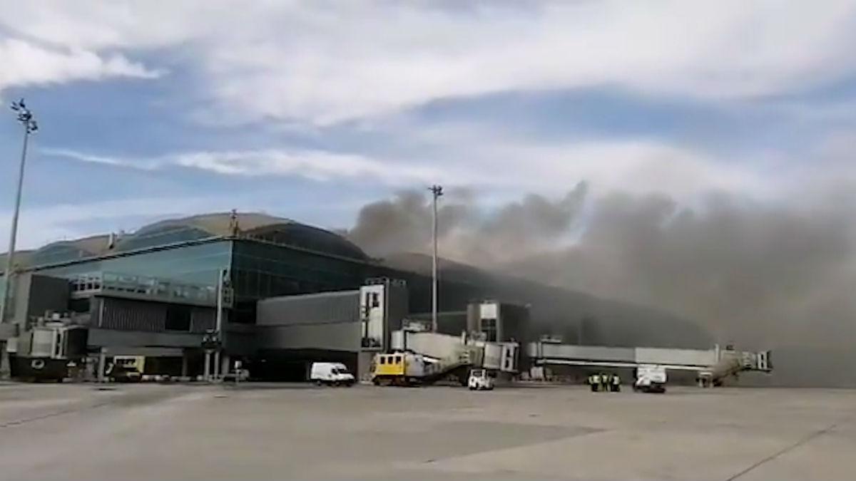 Humo del incendio ocurrido en el aeropuerto Alicante-Elche.