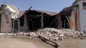 Resultado del último temblor, que incluye algunos postes de la luz caídos y muros dañados en algunas construcciones.