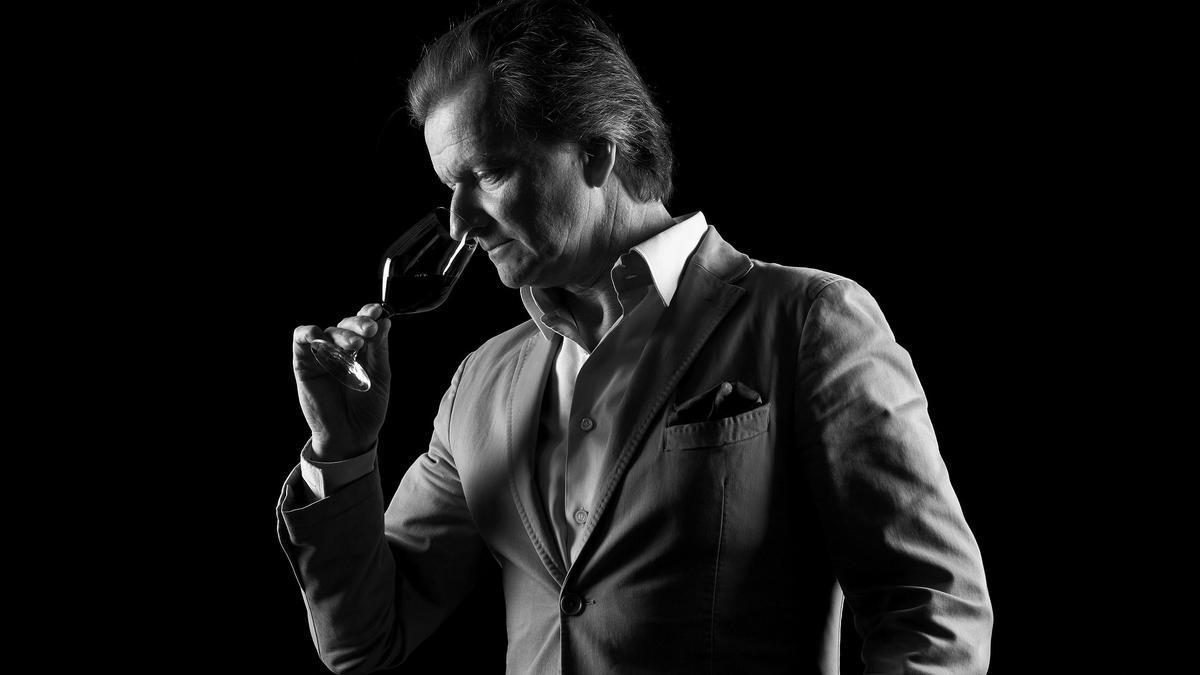 El bodeguero François Lurton, catando un vino.