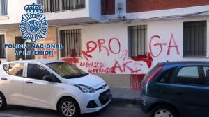 La pintada de unos vecinos del barrio de Loreto de Cádiz para denunciar unos bajos conflictivos.